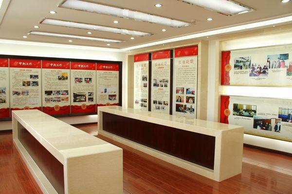 办公区宣传律己修身,悬挂的文化展板包括廉政